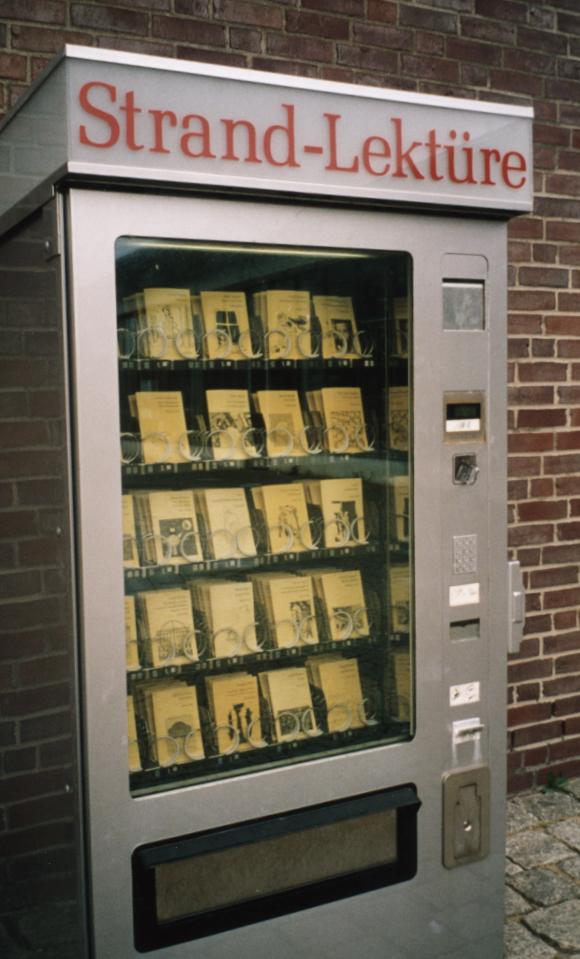 """Verkaufsautomaten für """"Schöner Lesen""""-Hefte des Berliner Independent-Verlags SuKuLTuR, Foto Martin Kreyssig"""